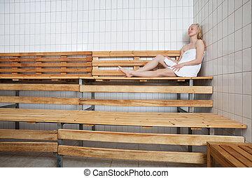 Mujer relajada en sauna