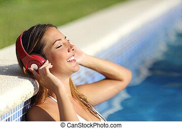 Mujer relajada escuchando la música con auriculares