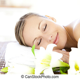 Mujer relajada recibiendo tratamiento de spa