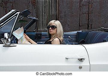 Mujer rubia en auto convertible