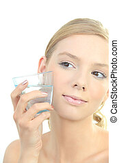 Mujer rubia sosteniendo un vaso de agua a la cara