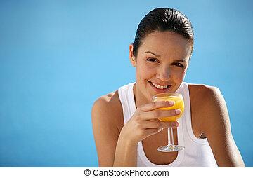 Mujer sana bebiendo jugo de naranja