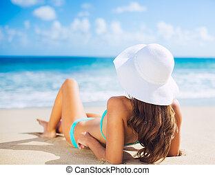 mujer se relajar, playa