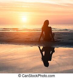 mujer se sentar, playa