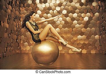 Mujer sensual jugando en la gran bola