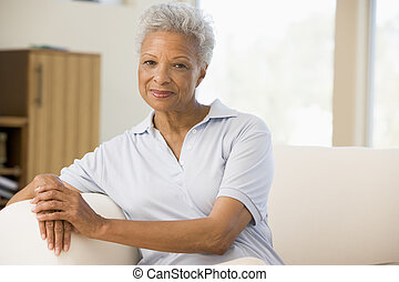 Mujer sentada en la sala