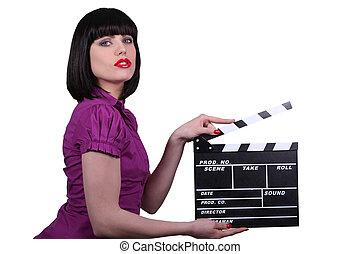 Mujer sexy con aplausos de cine, escena del estudio