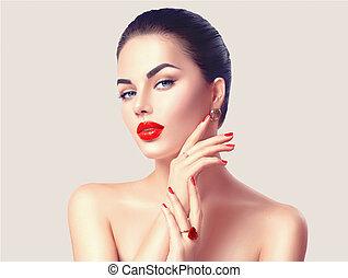 Mujer sexy con labios rojos y un cierre de uñas. El concepto de maquillaje