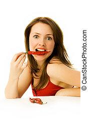 Mujer sexy con pimientos rojos