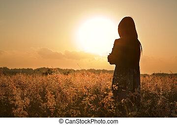 Mujer silueta esperando el sol de verano