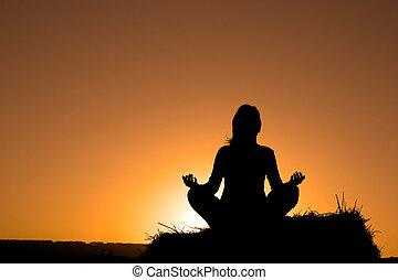 Mujer silueta haciendo yoga