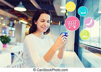 Mujer sonriente con compras de smartphone online