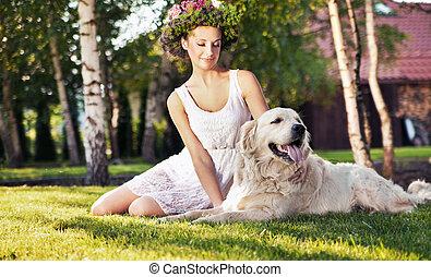 Mujer sonriente con perro