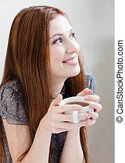 Mujer sonriente con taza de té