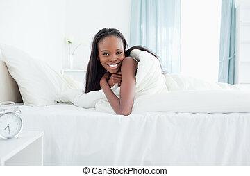 Mujer sonriente despertando