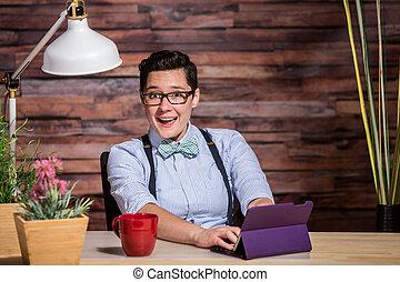 Mujer sonriente divirtiéndose en el escritorio