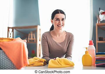 Mujer sonriente en la mesa de lavado