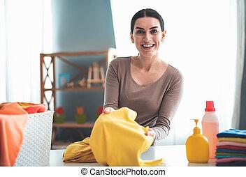 Mujer sonriente sorprendida por los resultados de lavado