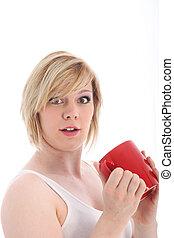 Mujer sorprendida sosteniendo una taza de café