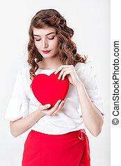 Mujer sosteniendo el corazón rojo
