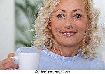 Mujer sosteniendo taza de café