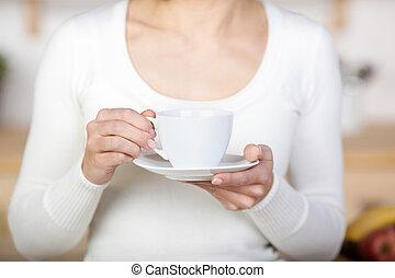 Mujer sosteniendo una taza de café