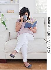 Mujer sosteniendo una taza