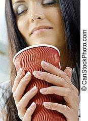 Mujer sujetando taza