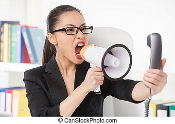 mujer, teléfono, mujer de negocios, enojado, joven, hablar, mientras, gritos, megaphone., megáfono