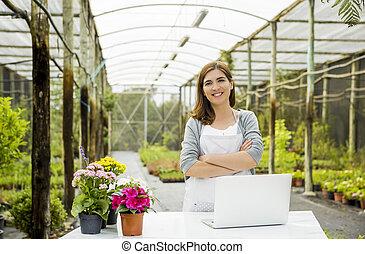 Mujer trabajando en una florería