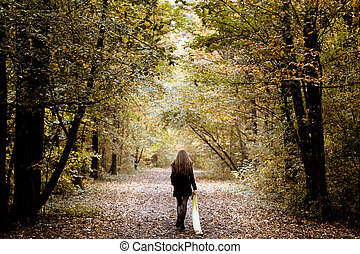 Mujer triste caminando sola en el bosque