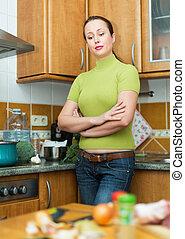 Mujer triste cansada de cocinar
