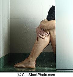 Mujer triste tras abuso en la ducha