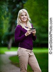 Mujer usando celular