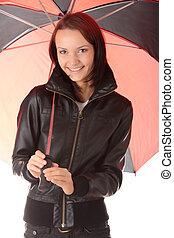 Mujer vestida de negro bajo el paraguas rojo y negro