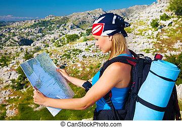 Mujer viajera buscando en el mapa