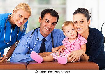 Mujer y niña con trabajadoras sanitarias