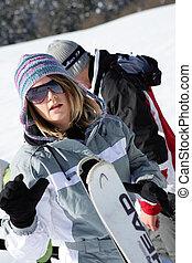 Mujer yendo a esquiar