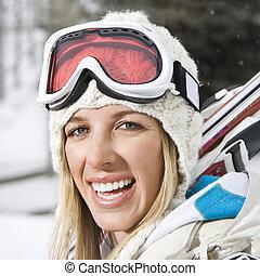 Mujer yendo a esquiar.