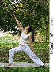 Mujer Yoga sobre hierba verde
