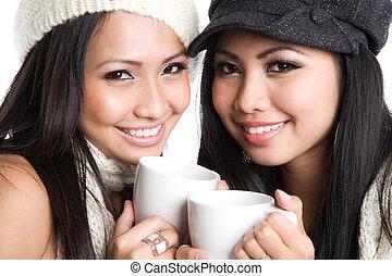 Mujeres asiáticas bebiendo café
