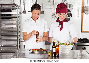 Mujeres chefs preparando comida