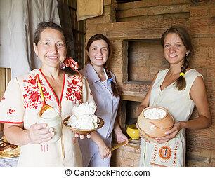 Mujeres con comida de granja en el interior de la casa rural