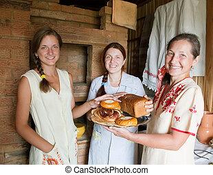 Mujeres con comida de granja