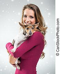 Mujeres con perro en el sombrero de Papá Noel de Navidad
