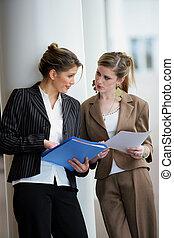Mujeres de negocios discutiendo sobre documentos