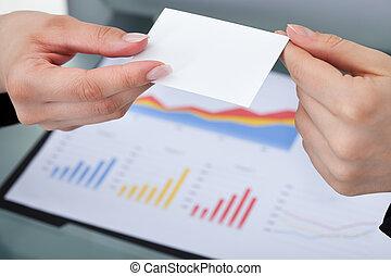 Mujeres de negocios intercambiando tarjetas de visita