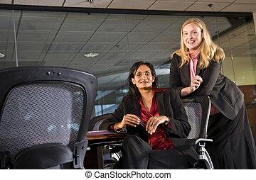Mujeres de negocios multiétnicas en la sala de juntas