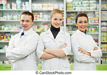Mujeres del equipo químico de farmacias y hombres en la farmacia