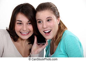 Mujeres emocionadas escuchando una canción